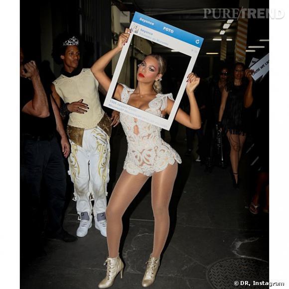 Mise en abyme pour Beyoncé, qui se prend en photo dans un cadre Instagram pour Instagram.