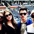 Nick Jonas et sa copine (à sa gauche) Olivia Culpo.