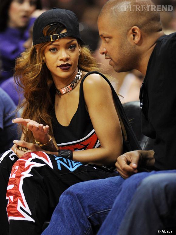 Rihanna tente la bouche marron.
