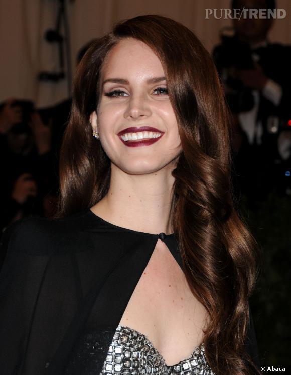 Lana Del Rey sait mettre en valeur ses lèvres pulpeuses.