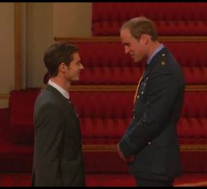 Andy Murray reçoit une distinction de la main du Prince William.