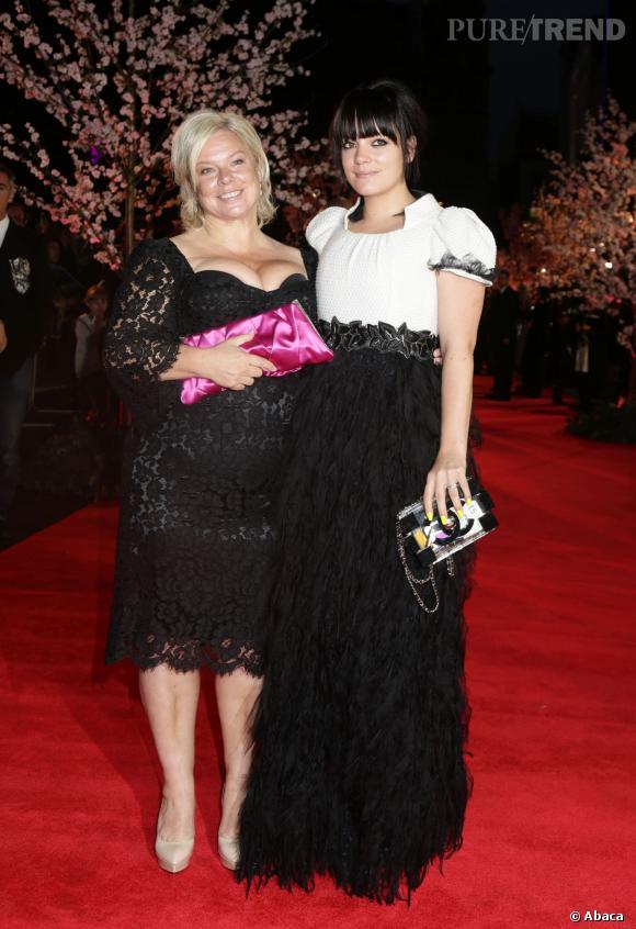 Lily Allen porte une robe Chanel.