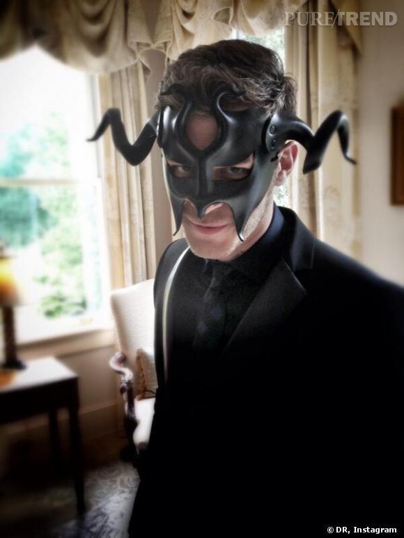 """Joseph Morgan et son masque étrange, pour le bal donné lors d'un épisode de """"The Originals""""."""