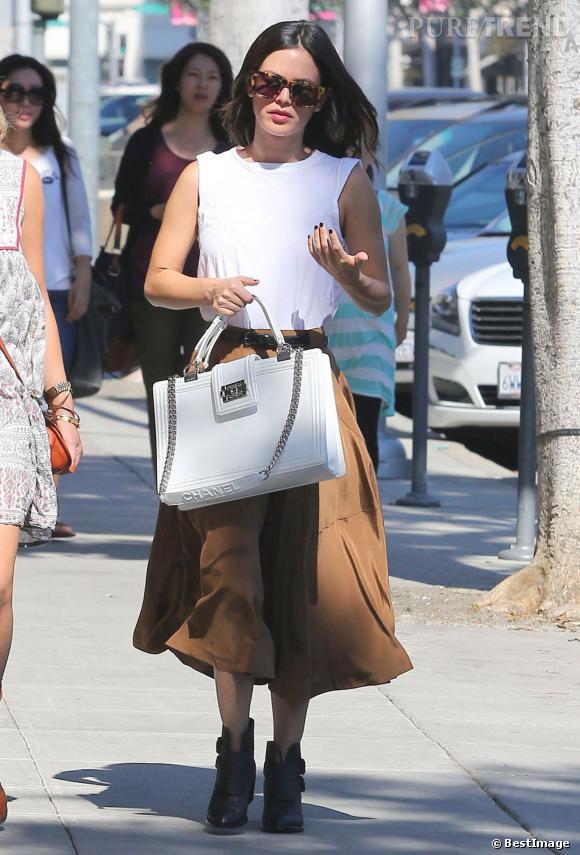 Rachel Bilson porte une jupe mi-longue camel.
