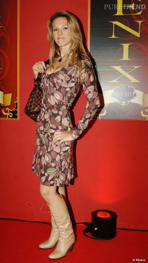 Lorie en robe fleurie et bottes nude...