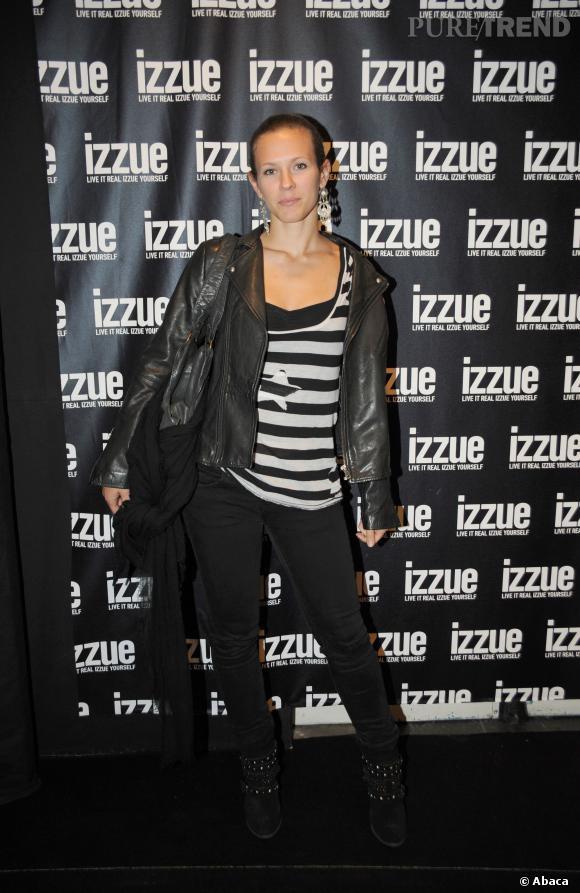 Lorie se la joue décontractée en skinny noir et bottines rock.