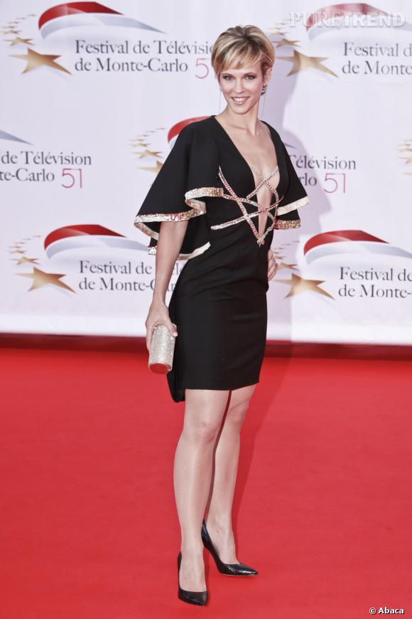 Lorie attire tous les regards lors du Festival de Monte-Carlo avec une robe courte au décolleté en V vertigineux.