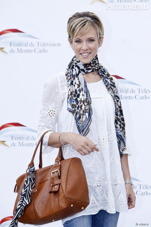 Lorie, simple et lumineuse avec une tunique brodée et un foulard fleuri.