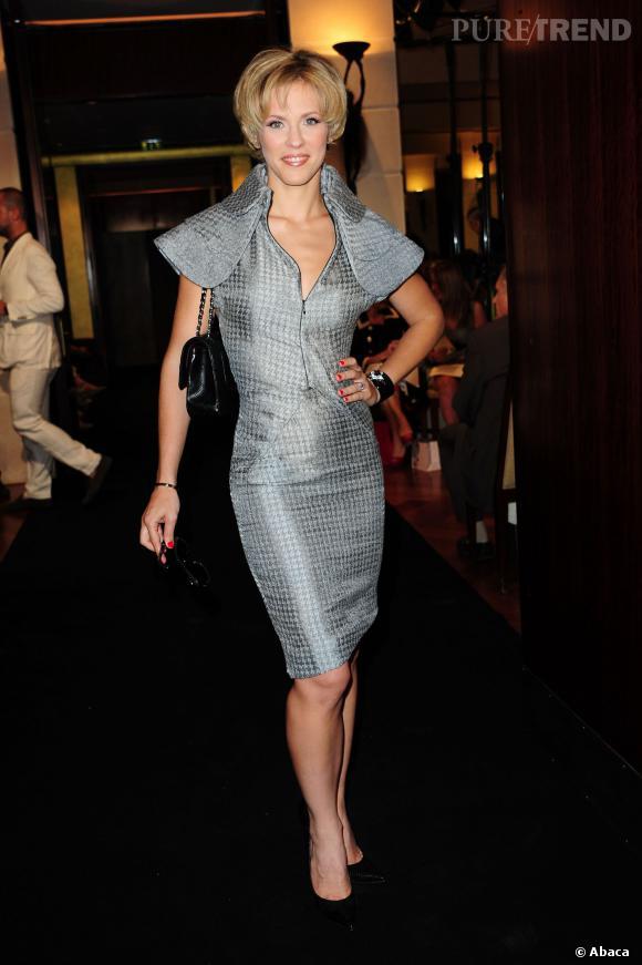 Lorie en robe argentée à épaulettes massives : une tenue des plus futuristes !
