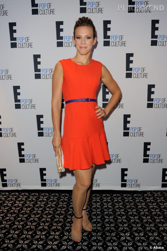 C'est dans une robe orange ultra vitaminée que Lorie arrive à la soirée E!