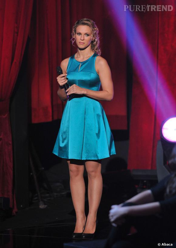 Encore une couleur vive pour Lorie, qui enfile une robe turquoise.