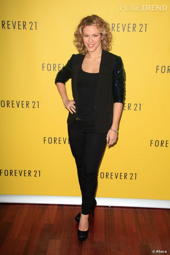 lorie affine sa silhouette avec un jean skinny noir et une veste à sequins pour l'ouverture de Forever 21 à Rosny 2.