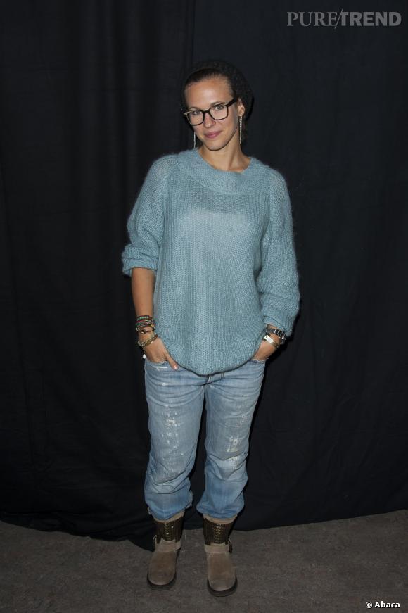 Lorie, hippie relax en jean large et pull doudou.