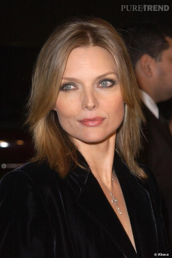 En 2001, Michelle Pfeiffer se met au smoky eye et ça lui va bien.