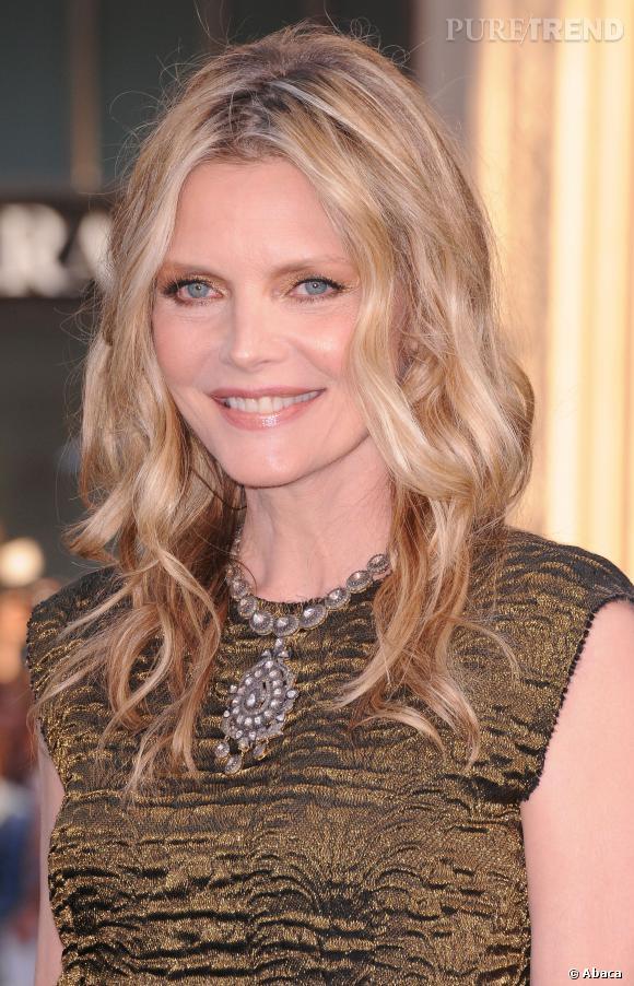 Michelle Pfeiffer a eu la mauvaise idée de surdoser le fard cuivré et de ne pas dessiner ses sourcils...
