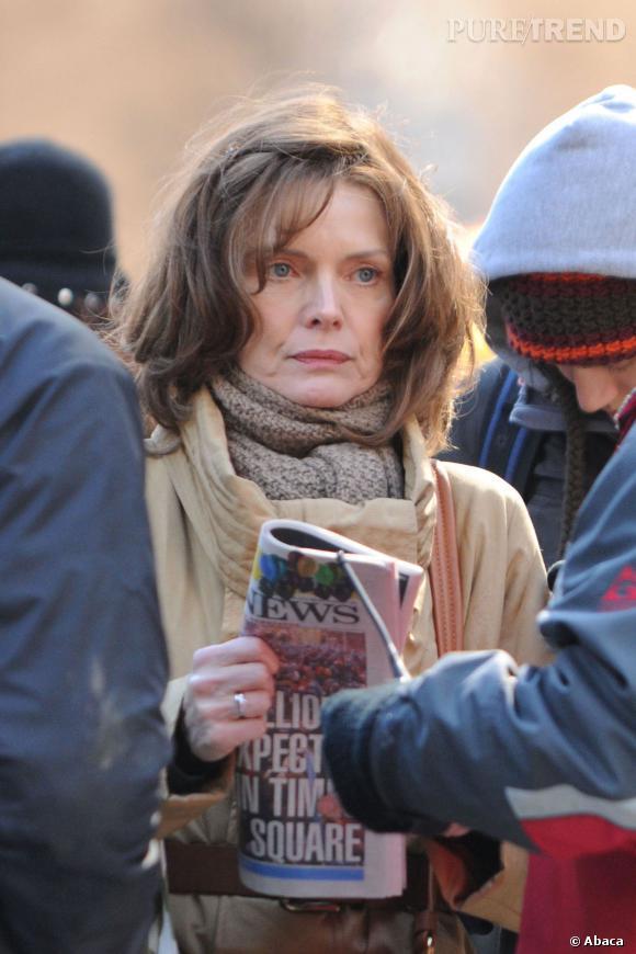 """Michelle Pfeiffer prend un coup de vieux sur le tournage de """"Happy New Year"""" en 2011."""