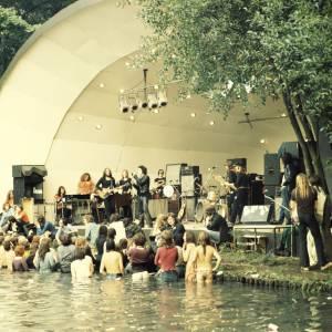 """Lou Reed sur scène lors de la """"Crystal Palace Garden Party"""" en 1973."""