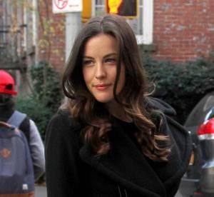 Liv Tyler, sexy emmitouflée dans son manteau... à shopper !