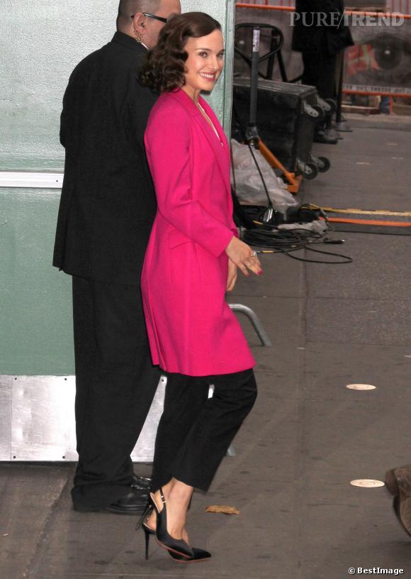 Manteau rose et coiffure rétro, Natalie Portman est très girly.