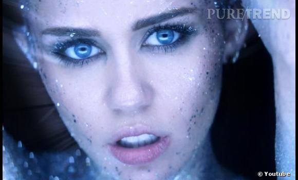 """Miley Cyrus se couvre d'argent pour un clip ultra futuriste, """"Real and True""""."""