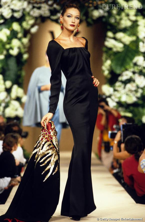 Sur le podium Yves Saint Laurent, Carla Bruni envoûte dans une robe fourreau à ses débuts.