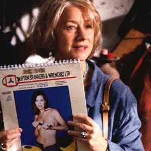 Dans Calendar Girls, Helen Mirren incarne une retraîtée vivant dans la campagne anglaise et bien décidée à prendre la pose entièrement nue dans un calendrier.