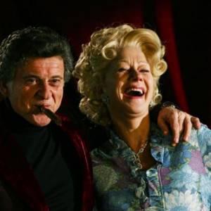 Helen Mirren porte la choucroute 60's et assume à fond dans Love Ranche. Elle y incarne Grace Bontempo, femme émancipée et tenancière d'une maison clause dans l'état du Nevada.