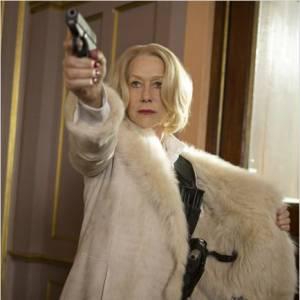 RED II, Helen Mirren cache une collection d'armes à feu dans son manteau fourrure. Blondeur platine et regard déterminé... Mieux vaut ne pas l'enquiquiner.