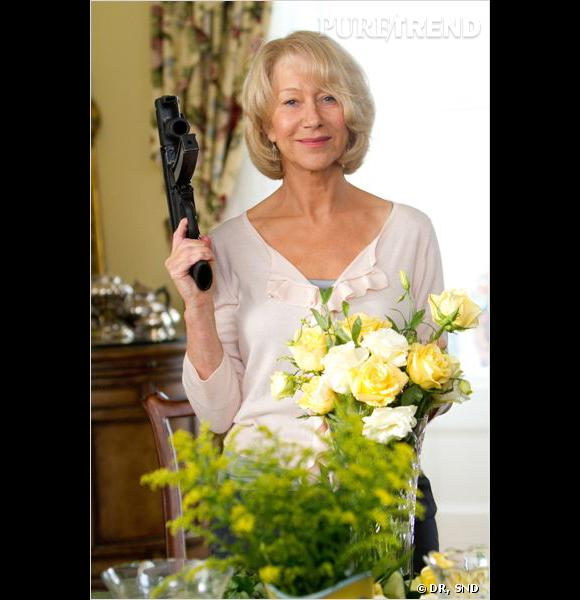 Dans RED, Helen Mirren s'en donne à coeur joie, entre composition de bouquets de fleurs et manipulation de pistolets.
