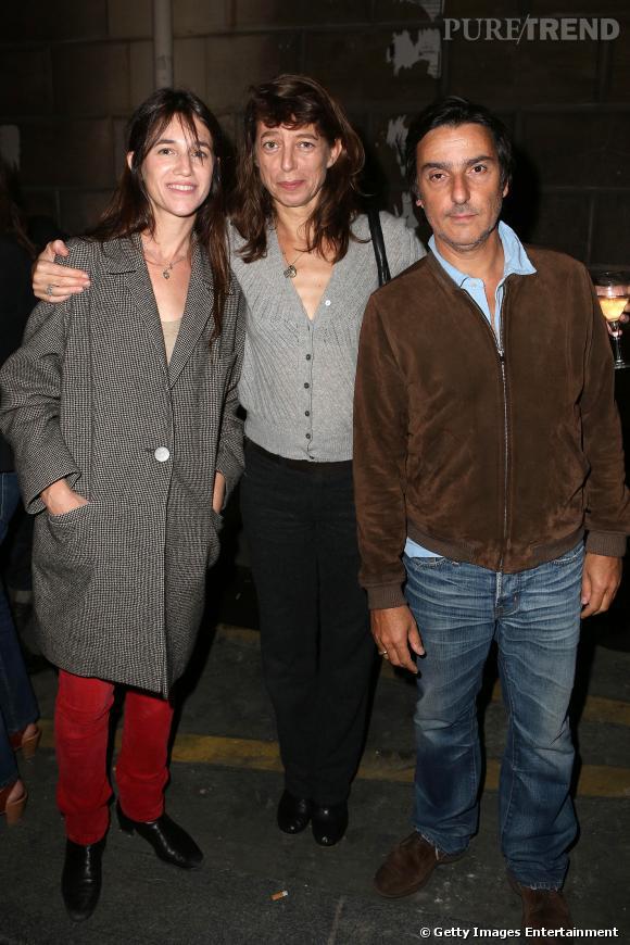 """Kate Barry entourée de Charlotte Gainsbourg et Yvan Attal pour le vernissage de son exposition """"Point of View""""."""