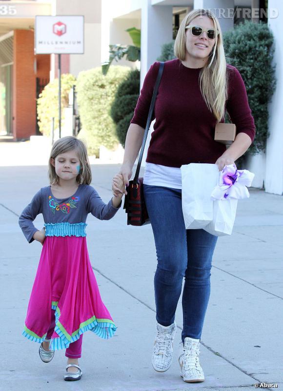 Busy Philipps ramène sa fille Birdie après la fête de Noël Baby2Baby organisée par Jessica Alba.