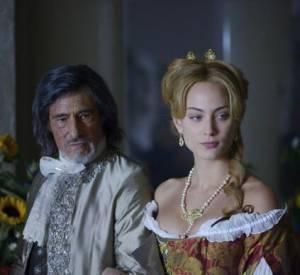 """Nora Arnezeder aux côtés de Gérard Lanvin dans """"Angélique"""", le remake sorti mercredi 18 décembre."""