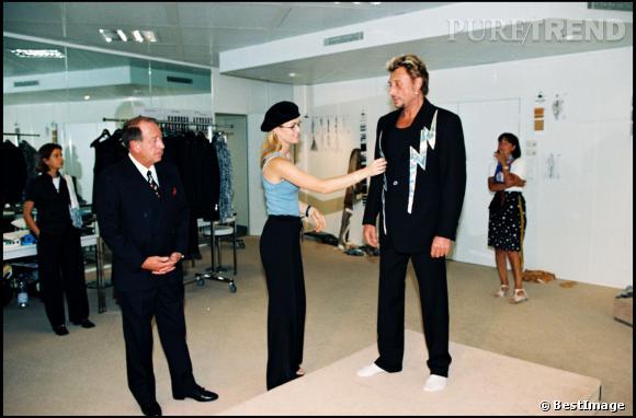 Johnny Hallyday et Laeticia qui lui ajuste son costume avant de monter sur scène.