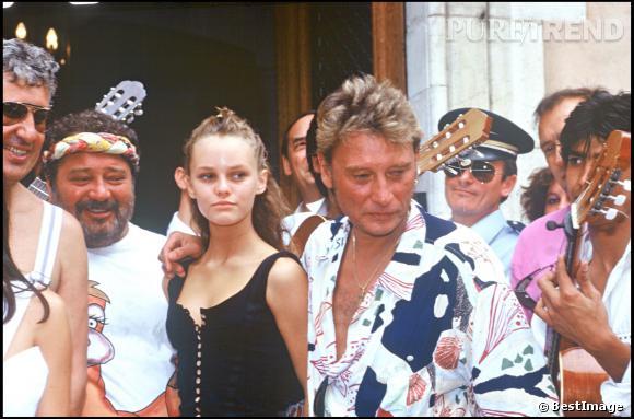 Johnny Hallyday avec le chanteur Carlos et Vanessa Paradis en 1988 à l'occasion du mariage de Caroline et Eddie Barclay.