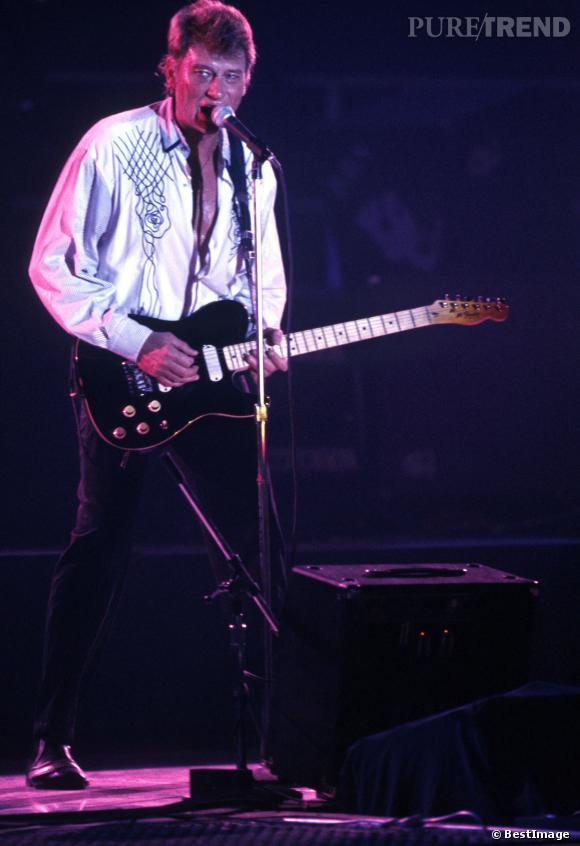 Johnny Hallyday et ses célèbres guitares sur scène.