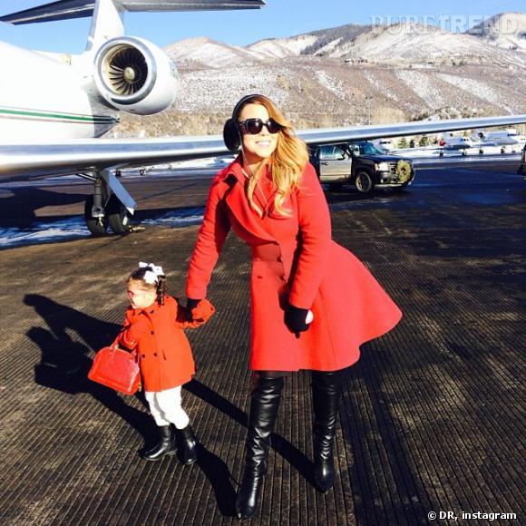 Mariah Carey prend la pose avec son mini moi et son mini sac Louis Vuitton.