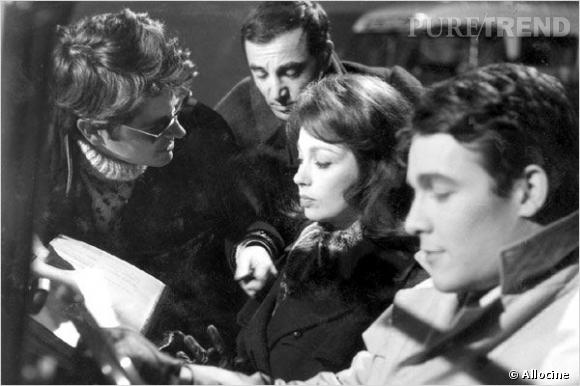 Charles Aznavour, juste derrière Anouk Aimée, dans Les Dragueurs en 1958.