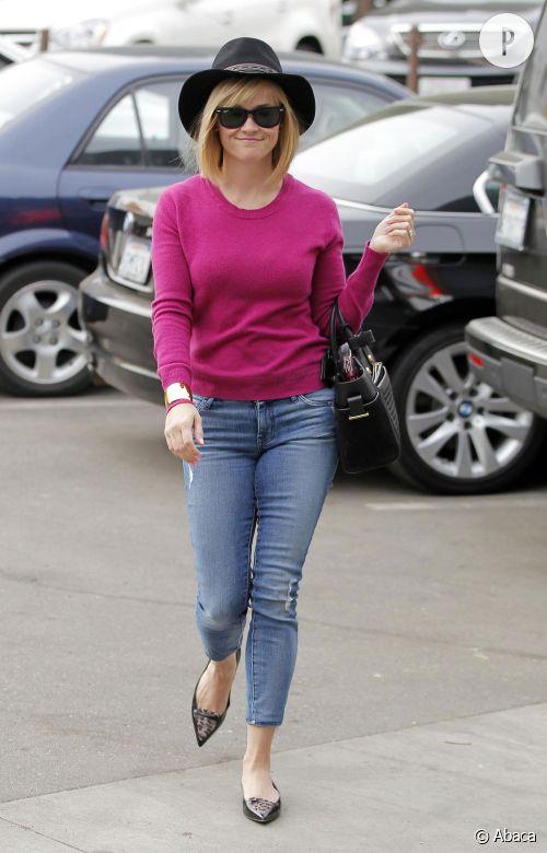 Reese Witherspoon amène de la couleur à l'hiver grâce à un pull fuchsia !