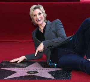 En septembre 2013, Jane Lynch pose devant son étoile sur le Hollywood Walk of Fame.
