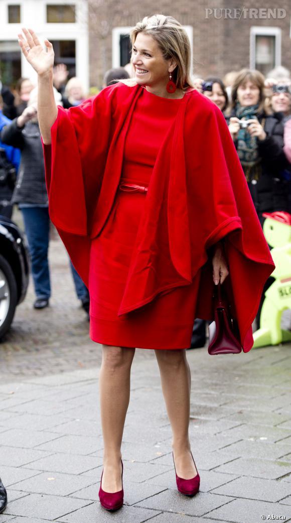 Maxima des Pays-Bas, souveraine des temps moderne, toute de rouge vêtue.
