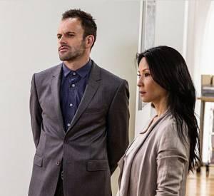 "Jonny Lee Miller (Sherlock) et Lucy Liu (Watson), consultants pour la police de New York, réinvente le duo de flics dans ""Elementary""."
