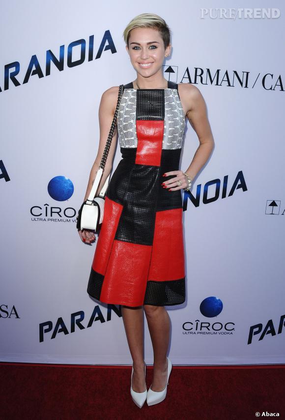 Miley Cyrus choisit les siens chez Saint Laurent et avec plateformes.