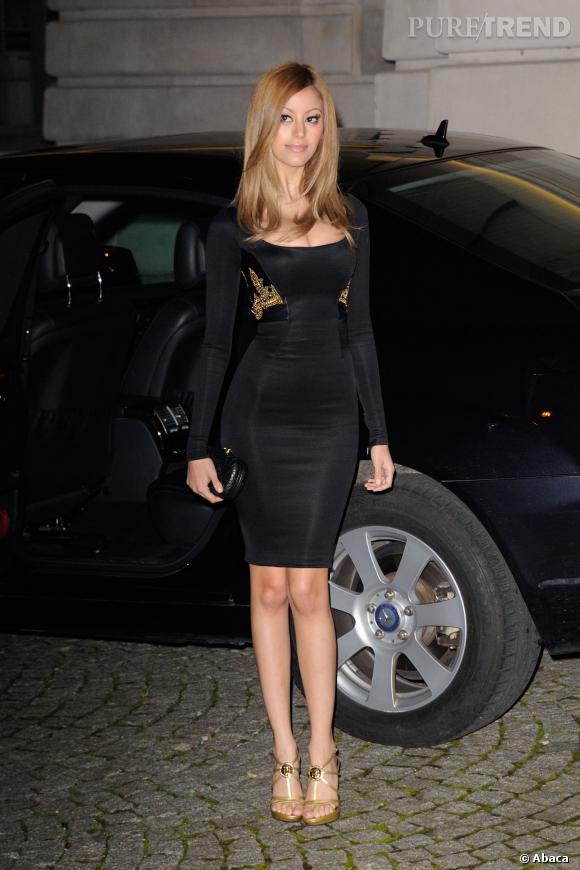 Zahia, superbement moulée dans une robe noire et or pour le défilé Versace Haute Couture Printemps-Été 2014.