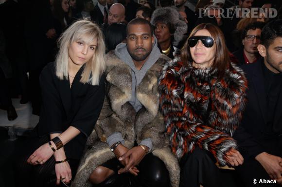 Kanye West bien entouré en front row aux côtés de Noomi Rapace et Carine Roitfeld.