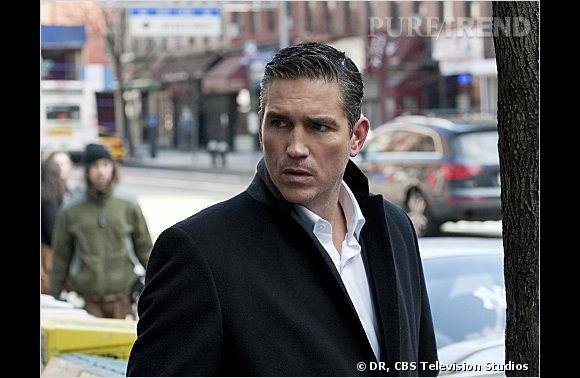 """Jim Caviezel aka John Reese, """"l'homme en costume"""" ex-agent de la CIA."""