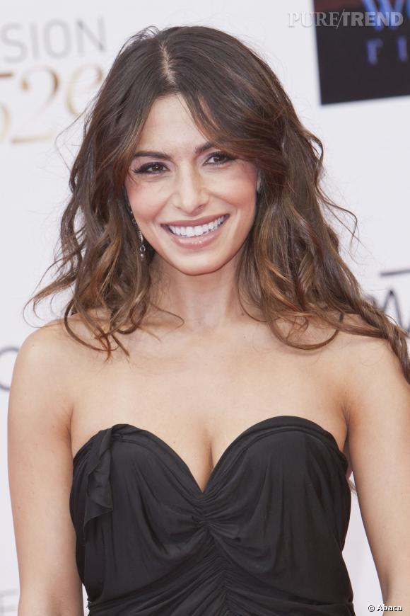 Sarah Shahi, glamour sur le tapis rouge.