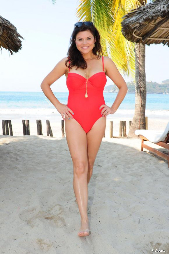Tiffani Thiessen très sexy en maillot rouge, s'offre un revival d'Alerte à Malibu.