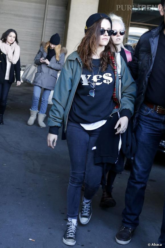 Kristen Stewart nous sort son meilleur look d'ado rebelle pour son arrivée à Paris.