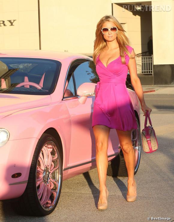 Paris Hilton semble se transformer en poupée Barbie le temps d'une séance shopping à Beverly Hills, le 5 février 2014.
