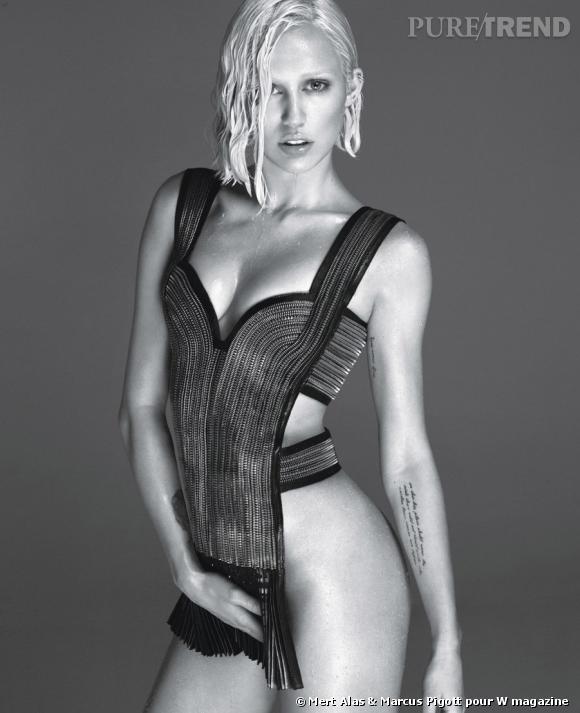 Miley Cyrus, à moitié nue dans les pages de W magazine. Un shooting qui ne passe pas inaperçu !